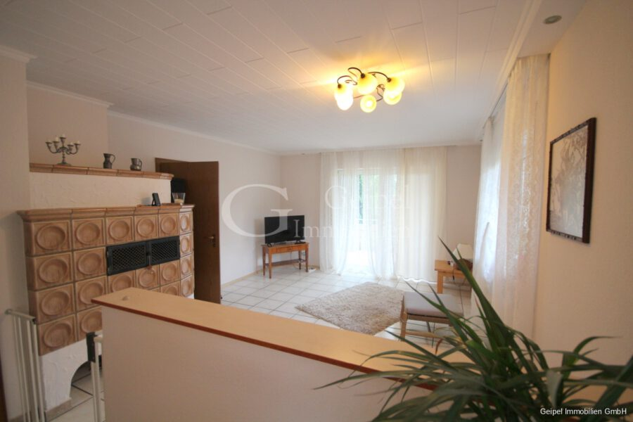 Haus zur Miete in Hasselroth - EG - Wohnzimmer mit Kachelofen