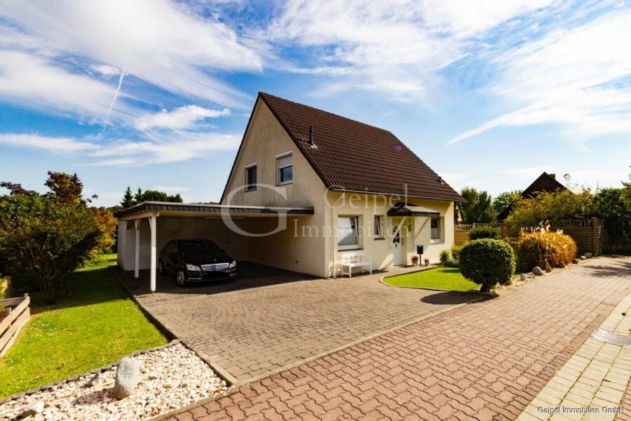 VERMIETET Einfamilienhaus mit Garten und Carport - Front mit Carport