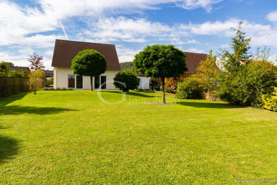 VERMIETET Einfamilienhaus mit Garten und Carport - Rückansicht mit Garten