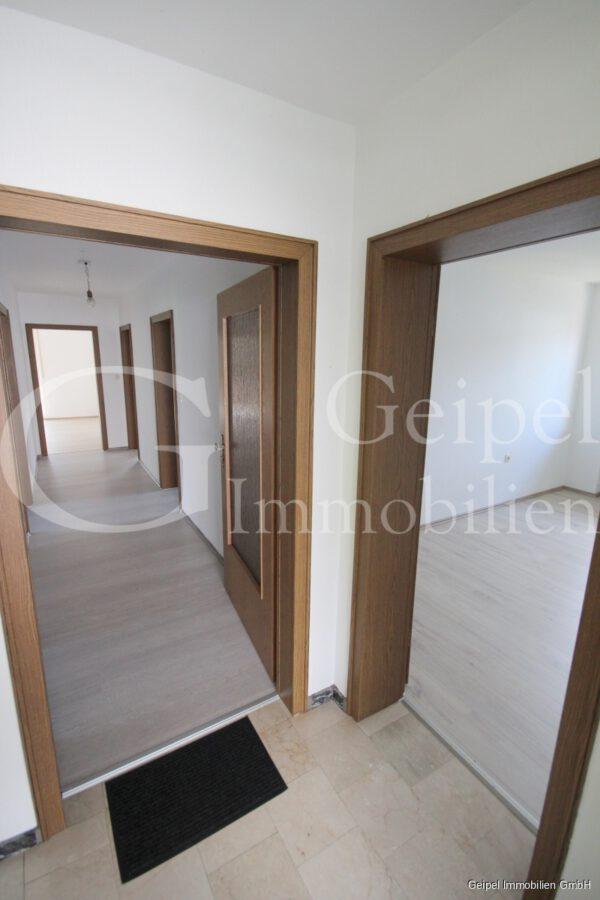 VERMIETET Hier sind Sie willkommen - Eingang zur Wohnung links - Eingang zu separatem Zimmer rechts