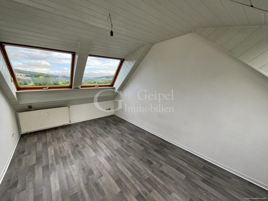 VERMIETET Dachgeschoss mit Fahrstuhl & Einbauküche - Wohn- Schlafbereich