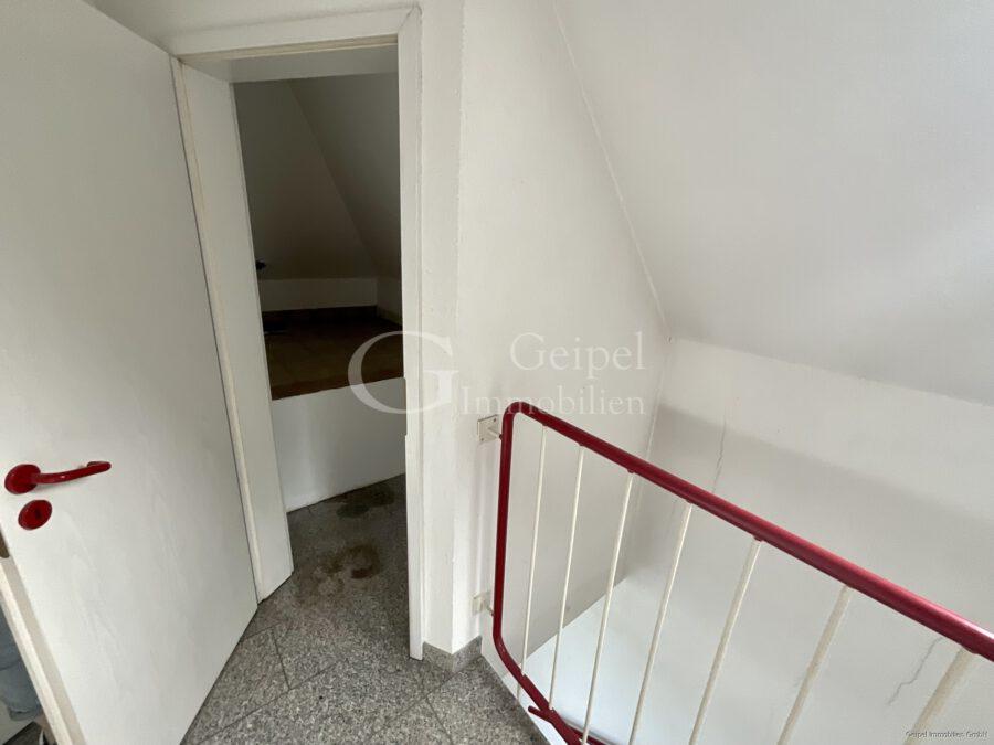 VERMIETET Dachgeschoss mit Fahrstuhl & Einbauküche - Abstellraum im Treppenhaus