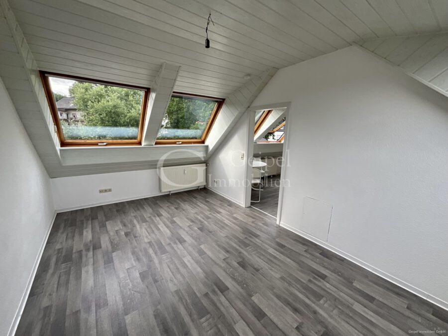 VERMIETET Dachgeschoss mit Fahrstuhl & Einbauküche - Wohn- Schlafbereich mit Blick zur Küche