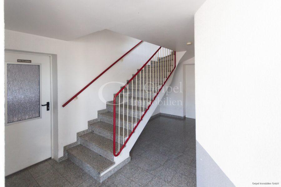VERMIETET Dachgeschoss mit Fahrstuhl & Einbauküche - Treppenhaus