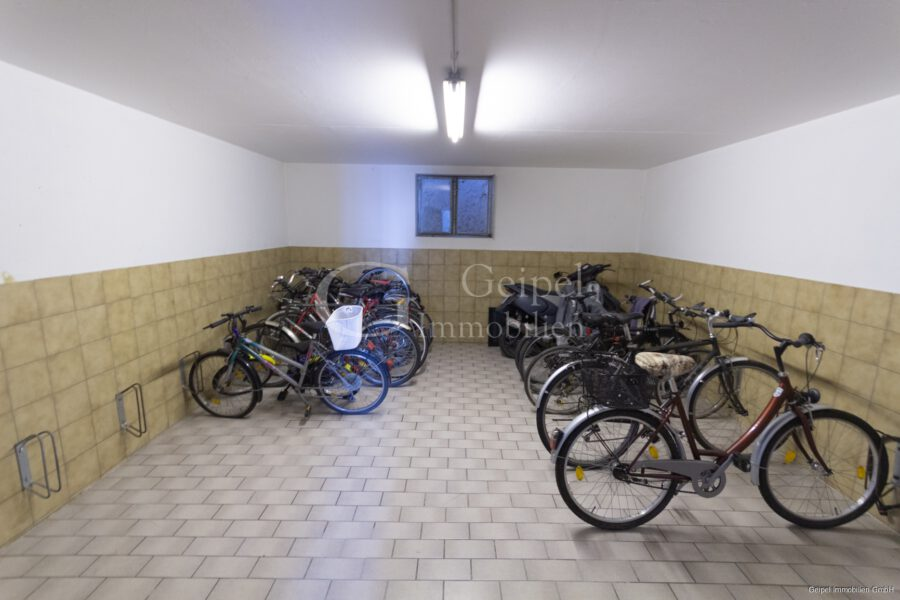 VERMIETET Dachgeschoss mit Fahrstuhl & Einbauküche - Fahrradraum
