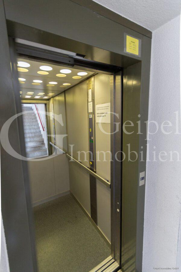 VERMIETET Dachgeschoss mit Fahrstuhl & Einbauküche - Aufzug