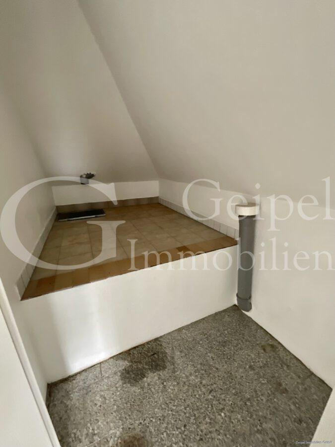 VERMIETET Dachgeschoss mit Fahrstuhl & Einbauküche - Abstellraum im Flur