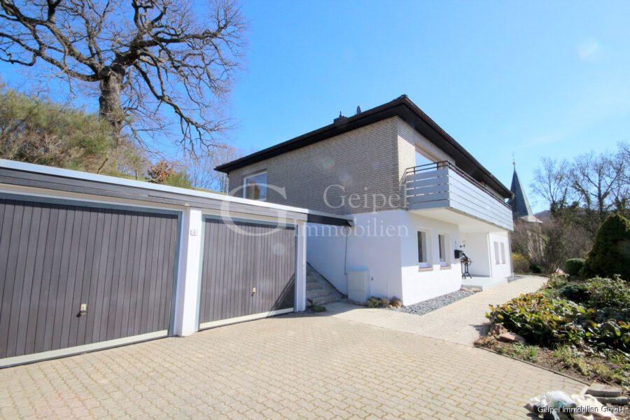 VERMIETET Großes Wohnhaus mit Fernsicht - Front mit 2 Garagen