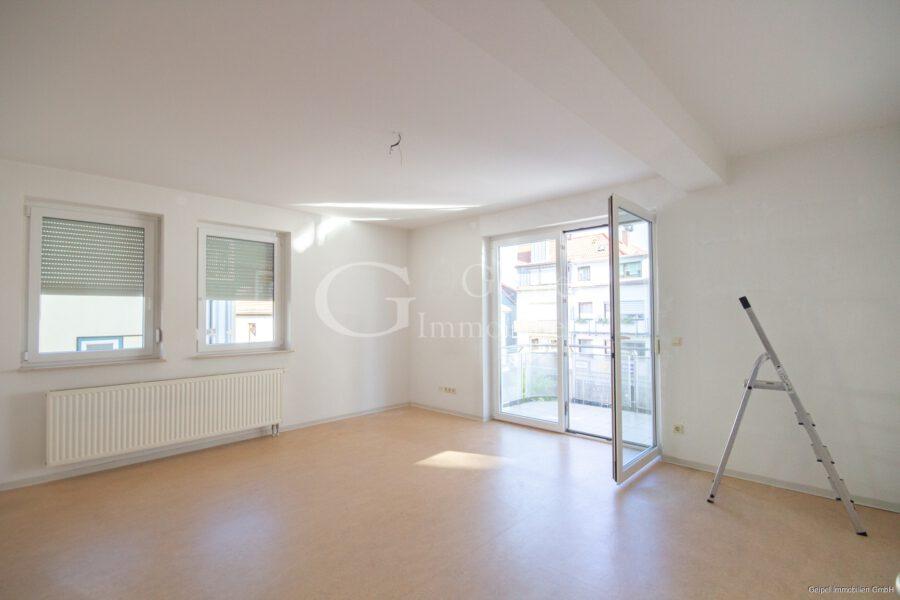 VERMIETET Balkon, Fahrstuhl, Innenstadt - Wohnzimmer mit Balkon
