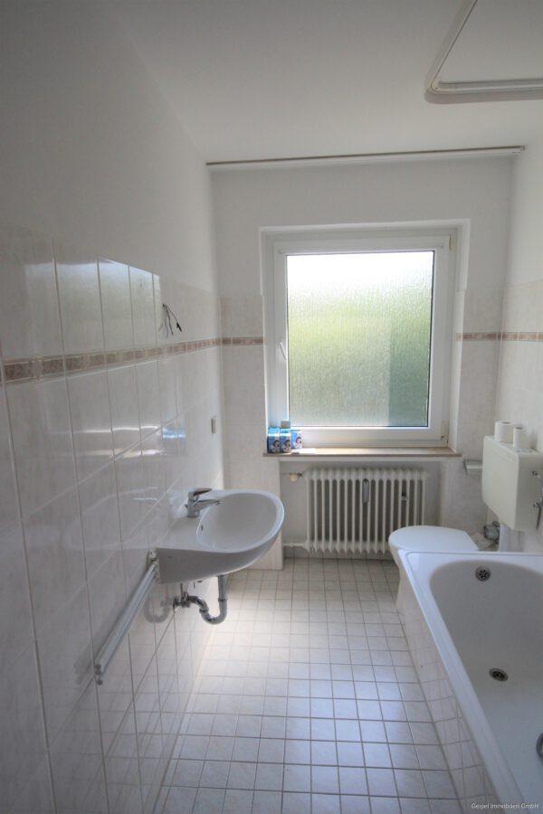 VERMIETET Mittendrin und trotzdem ruhig! mit Balkon und Einbauküche - Bad